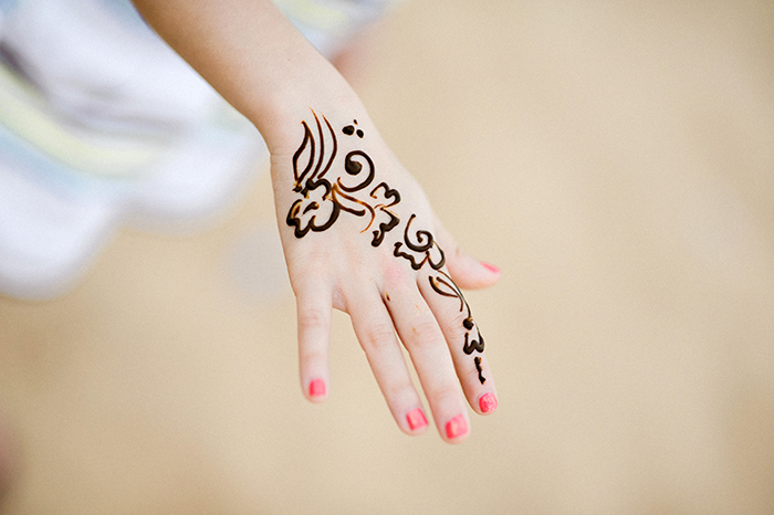 henna hand tattoo in dubai entouriste. Black Bedroom Furniture Sets. Home Design Ideas