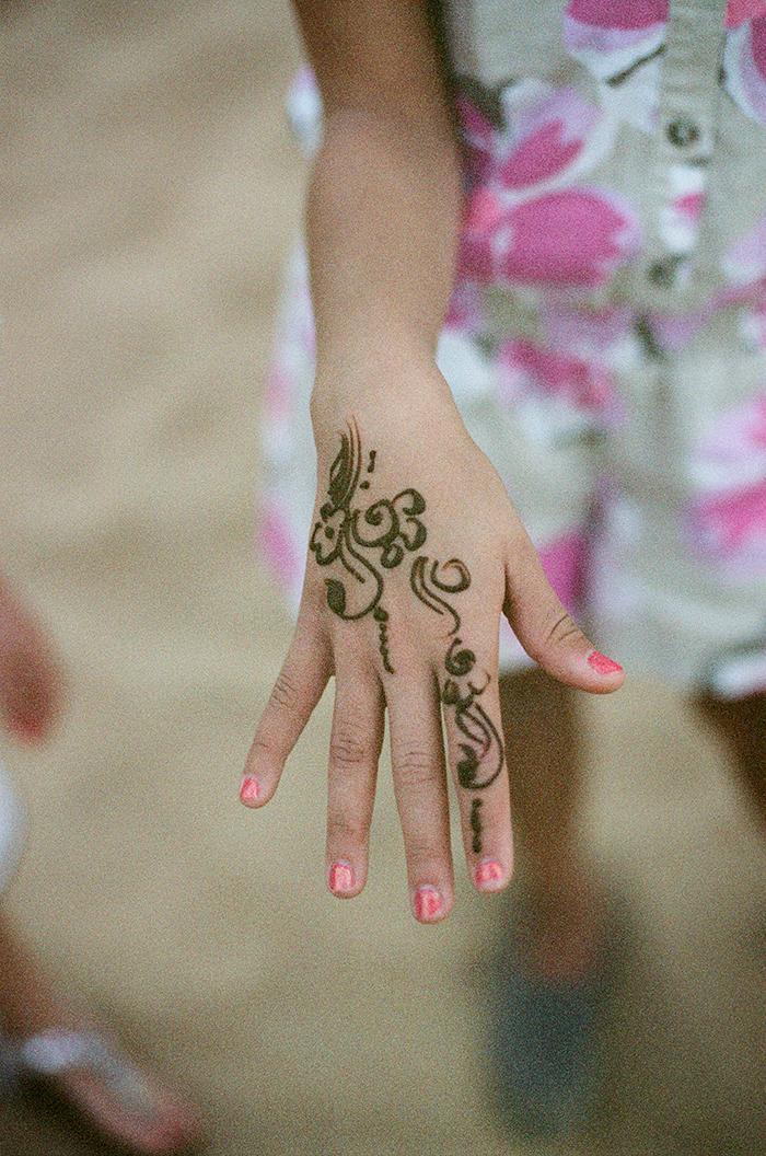 henna tattoo on young girl in dubai entouriste