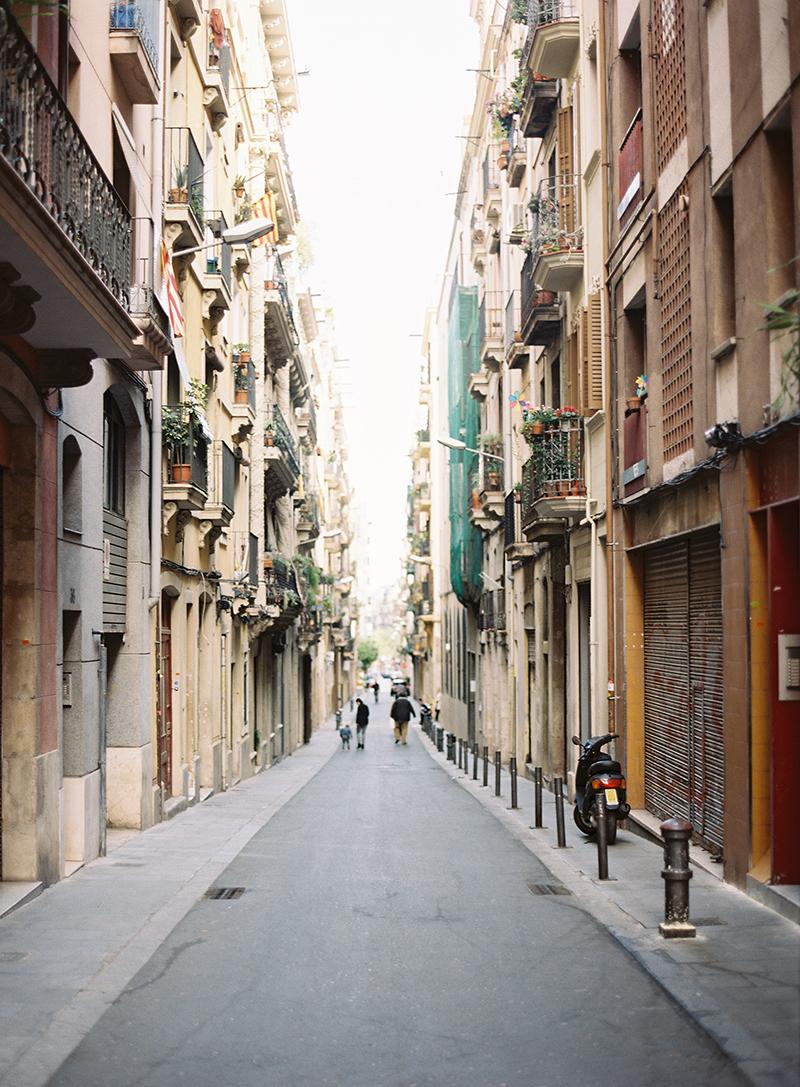Narrow Street in Barcelona Spain - Entouriste
