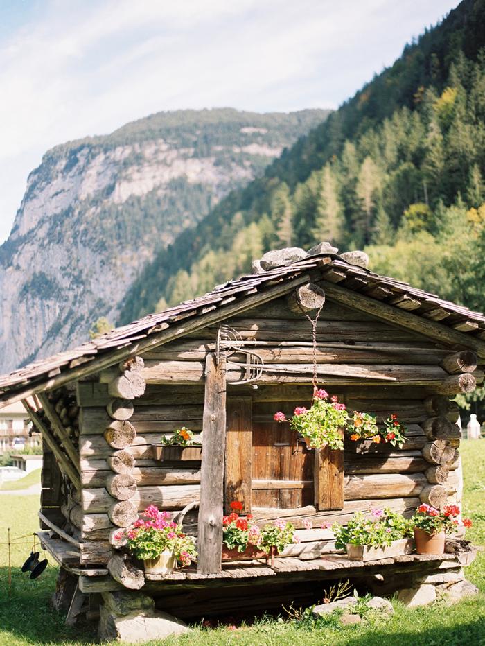 log cabin in lauterbrunnen switzerland entouriste
